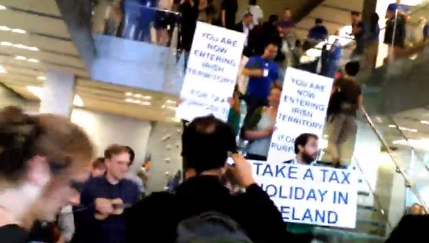 London flashmob targets Apple's London store in protest at the company's tax avoidance policies